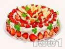 Рецепта Празнична плодова торта с блат от готови меденки, желиран крем от заквасена и сладкарска сметана, меденки,  плодове (ягоди, банани) и бял шоколад